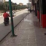 قارورات المياه على طول حافة شارع بالجزائر حتى يشرب المتظاهرون