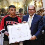 تكريم طفل مصري أنقذ حياة 51 طالبا إيطاليا