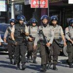 الشرطة الإندونيسية: زوجة وابن متشدد مشتبه به فجرا نفسيهما في سومطرة