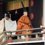 إمبراطور اليابان يتنازل عن العرش