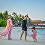 صلاح يحتفل مع زوجته وابنته على الشاطئ
