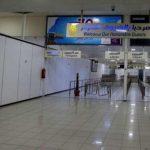 مطار معيتيقة الليبي في طرابلس يغلق المجال الجوي بعد سقوط قذائف