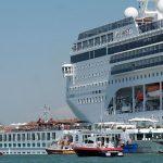 لحظة مرعبة لاصطدام باخرة برصيف ميناء في إيطاليا