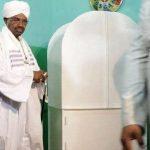 السودان.. أول ظهور للبشير بعد خضوعه للتحقيق في قضايا فساد