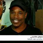 فنان أفريقي يستخدم القهوة في رسم لوحاته.. والسبب: ارتفاع الأسعار