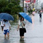 السلطات تحث الآلاف على إخلاء منازلهم مع هطول أمطار غزيرة على جنوب اليابان