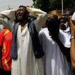 مئات السودانيين يتجمعون بالخرطوم بعد اشتباكات دامية