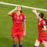 لاعبة أمريكية تثير الجدل بسبب «احتساء الشاي» بعد هدفها