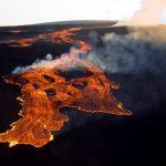إخماد حرائق بعد ثورة بركان في جزيرة سترومبولي بصقلية