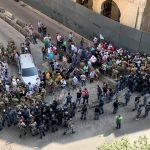 محتجون لبنانيون يقتحمون طوقا أمنيا أمام مجلس النواب
