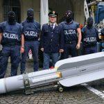 إيطاليا تضبط صاروخا وأسلحة في مداهمات استهدفت النازيين الجدد