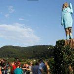 تمثال خشبي «غريب» لميلانيا ترامب قرب مسقط رأسها بسلوفينيا