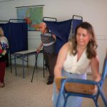 اليونانيون يدلون بأصواتهم في انتخابات تتوقع الاستطلاعات أن تنهي حكم اليسار