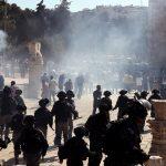 مراسلنا: مواجهات عنيفة بين قوات الاحتلال والمصلين داخل باحات المسجد الأقصى