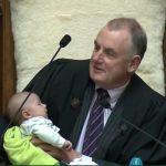رئيس برلمان نيوزيلندا يرضع طفلا أثناء الجلسة.. تعرف على السبب