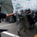 شرطة هونج كونج تطلق الغاز المسيل للدموع على المحتجين