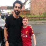  صلاح يلتقط الصور مع مشجع صغير أصيب أثناء محاولة اللحاق بسيارته