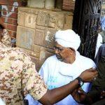 بالفيديو ..الرئيس السوداني السابق البشير يصل لمقر محاكمته بتهم الفساد