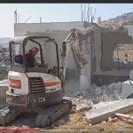 شاهد| فلسطيني يهدم منزله بنفسه تجنبا لغرامات الاحتلال