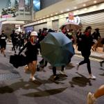 إطلاق الغاز المسيل للدموع لتفريق المتظاهرين في هونج كونج