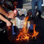 فلسطينيون يحرقون صورا لنتنياهو تزامنا مع زيارته للخليل