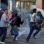 شاهد| مشاجرات عنيفة لم تحدث من قبل بين الأمن الفرنسي ومحتجين في باريس