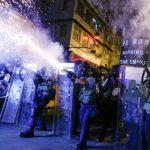 شرطة هونج كونج تطلق الغاز المسيل للدموع والمحتجون يرشقونها بالقنابل الحارقة