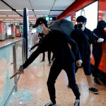 شركة تشغيل القطارات بهونج كونج تعلق كل الخدمات بسبب عمليات تخريب