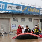 عمال الإنقاذ اليابانيون يبحثون عن ناجين في مناطق الإعصار