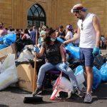 لبنان.. متطوعون لتنظيف الشوارع أثناء الاحتجاجات