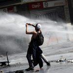 احتجاجات عنيفة في تشيلي جرّاء مقتل فنان شارع على أيدي الشرطة