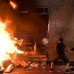 تدمير مئات المتاجر في هونج كونج .. واشتباكات عنيفة بين الشرطة والمحتجين