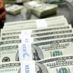 الدولار يتراجع قبل صدور تقرير إعانة البطالة