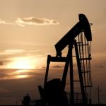 النفط يهبط أكثر من دولار للبرميل بسبب زيادة المخزون الأمريكي