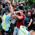 شرطة هونج كونج تطلق الغاز المسيل للدموع لتفريق المحتجين في متنزه فيكتوريا
