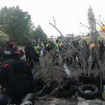 محتجون من كتالونيا يغلقون طريقا رئيسيا بين إسبانيا وفرنسا