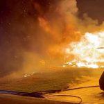 أفراد الإطفاء في كاليفورنيا يسابقون الزمن لإخماد الحرائق المشتعلة