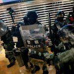 الشرطة تطلق الغاز المسيل للدموع على محتجين في هونج كونج