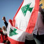 محتجون في لبنان يقطعون جسر الرينج وسط بيروت