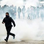 شرطة باريس تطلق الغاز المسيل للدموع في ذكرى احتجاجات السترات الصفراء