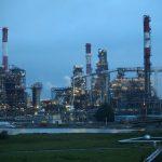 النفط يصعد لذروة شهرين بفعل آمال خفض أوبك واتفاق التجارة