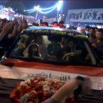 عروسان يحتفلان بزفافهما في قلب ساحة الاحتجاج ببغداد