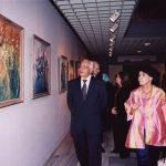 في معرض «عبر الحضارات».. فنانة تطوف بوطنها حول العالم عبر لوحاتها