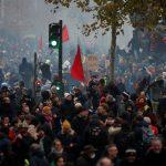 فرنسا.. استمرار الإضرابضد ماكرون لليوم الثاني