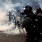شرطة هونج كونج تطلق الغاز المسيل للدموع لتفريق المحتجين