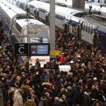 إضراب لعمال النقل والمعلمين في فرنسا الخميس
