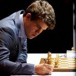 بطل العالم في الشطرنج يخطف الأضواء في كرة القدم الافتراضية