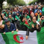 مئات يحتجون بوسط الجزائر العاصمة مع بدء الانتخابات الرئاسية