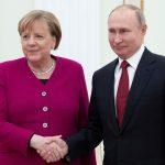 بوتين وميركل يطالبان بتسوية الأزمة الليبية سياسيًّا
