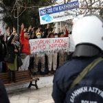 مهاجرون ولاجئون بجزيرة ليسبوس اليونانية ينظمون احتجاجات لليوم الثاني